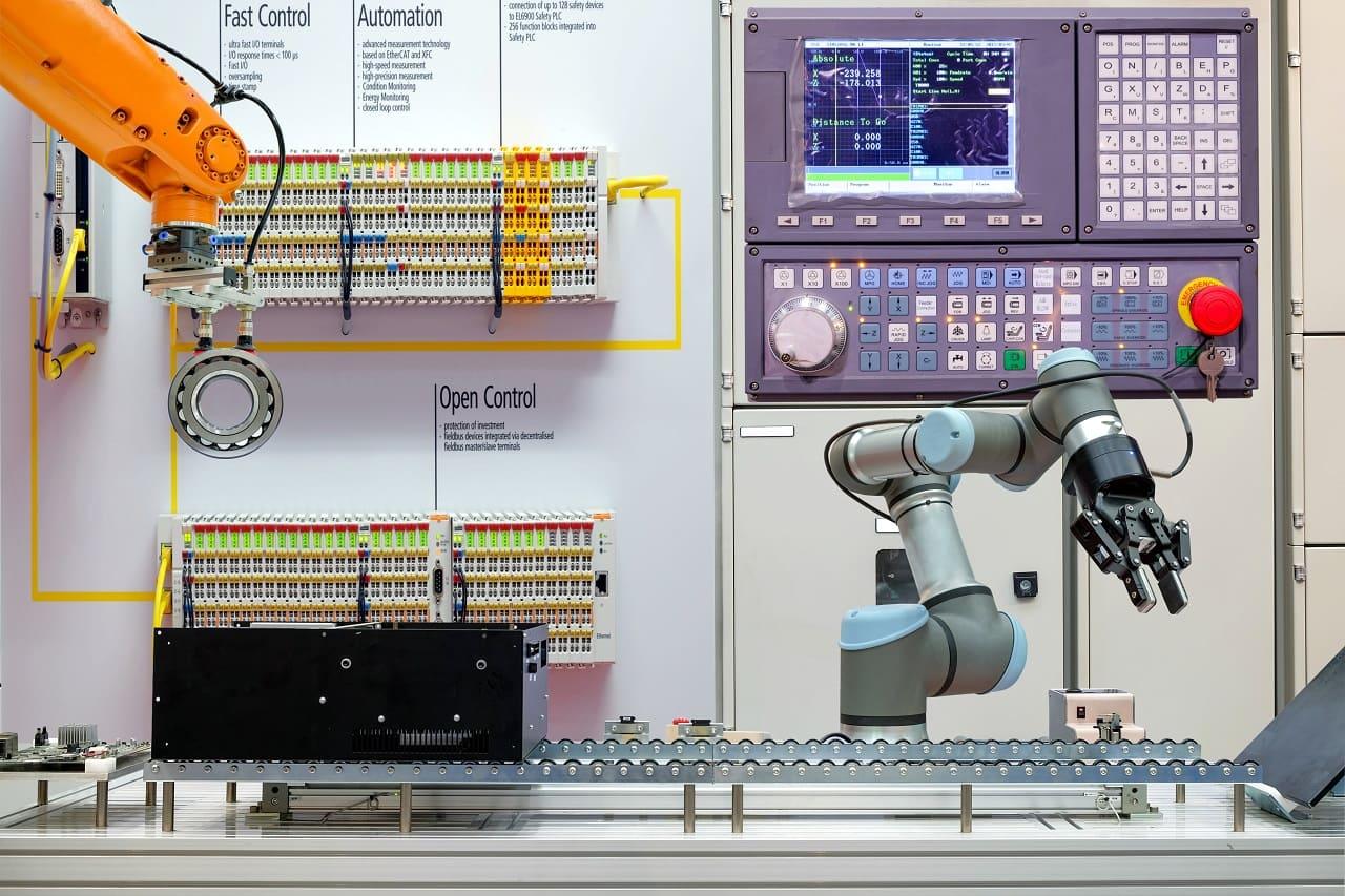 Qué es y cómo aplicar un smart factory system
